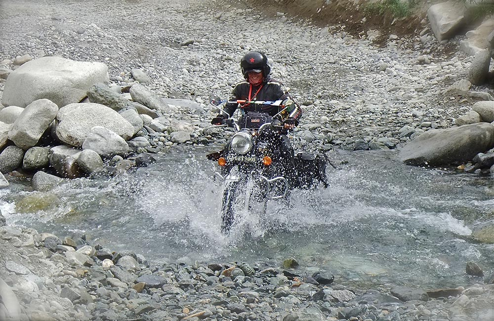 Überqueren eines Baches im Shakti-Tal (Leh)