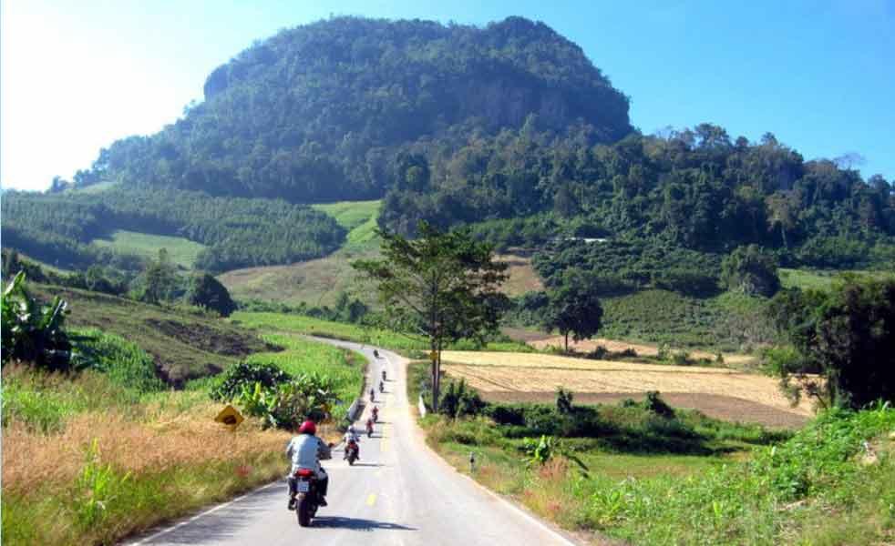 Fahrt durch ländliche Regionen in Thailand