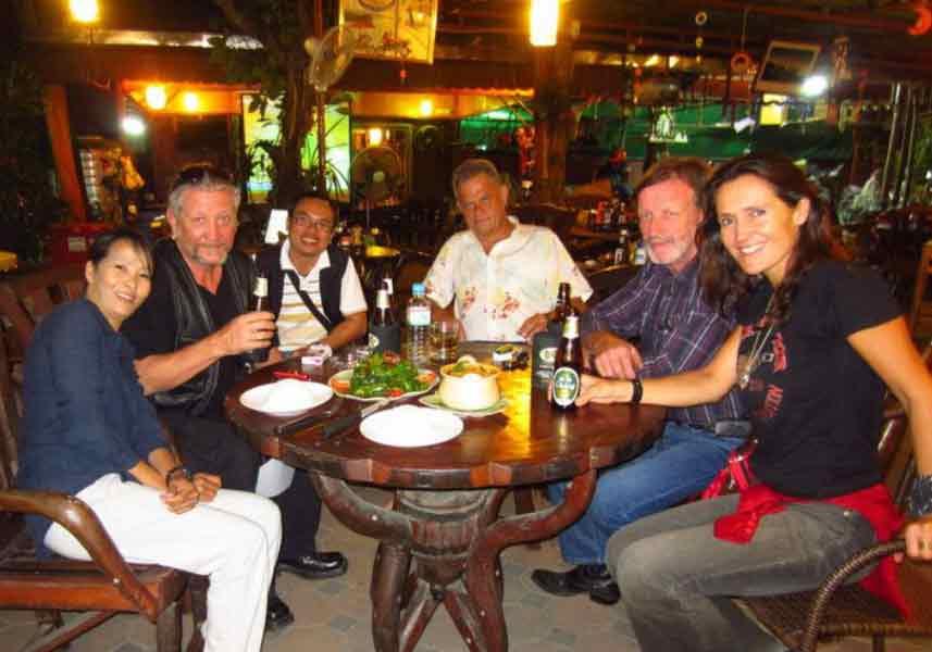 Gemeinsames Essen auf der Motorrad Tour in Nord Thailand