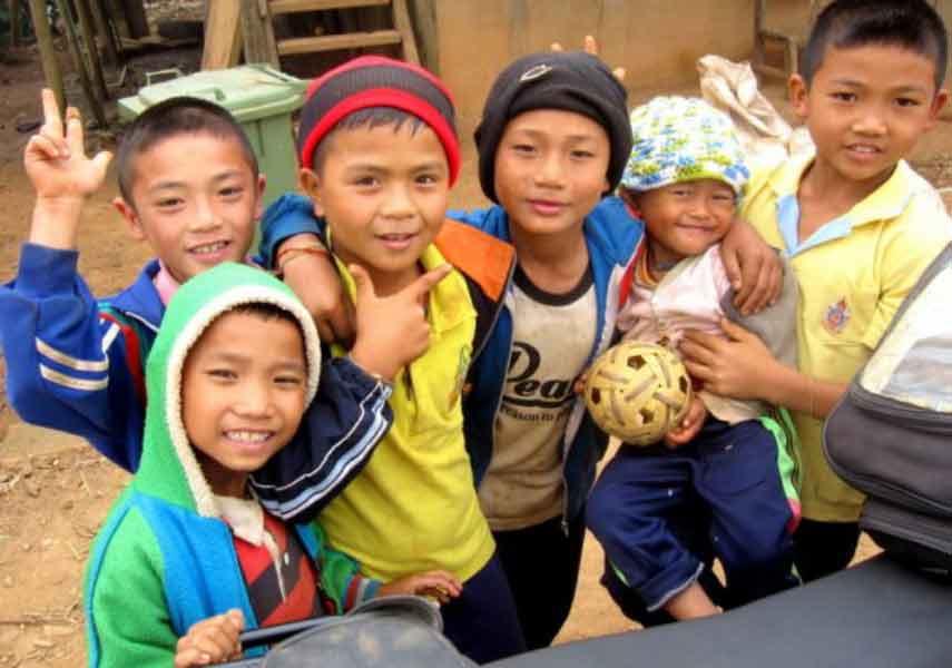 Kinder lächeln in die Kamera in Nord Thailand