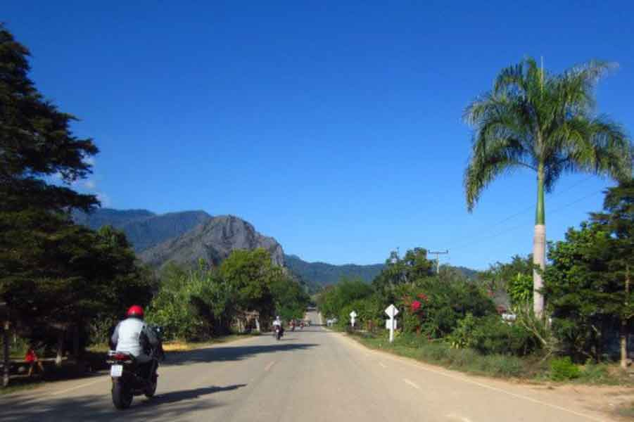 Motorradtour in Nordthailand unter blauen Himmel
