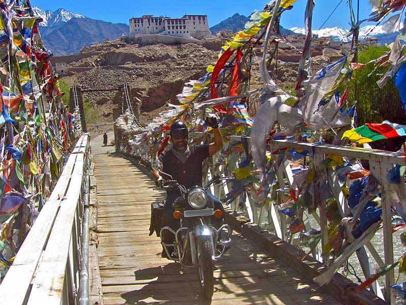 Fahrt über die Holzbrücke ins Shakti-Tal