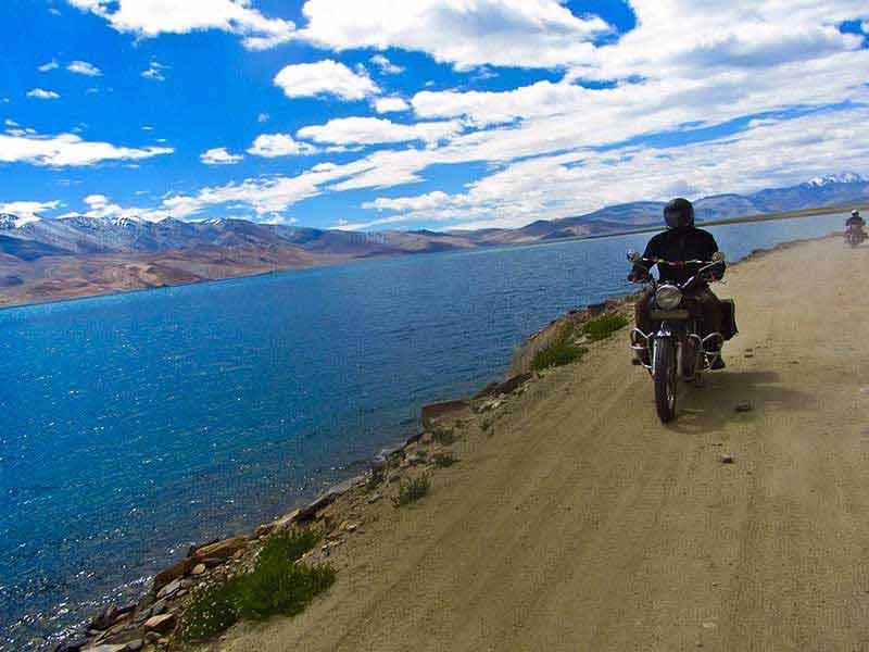 Motorradfahren am Ufer des Pangong-Sees